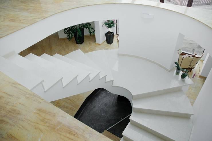 Marmurowe schody wewnętrzne : styl , w kategorii Korytarz, przedpokój zaprojektowany przez GRANMAR Borowa Góra - granit, marmur, konglomerat kwarcowy
