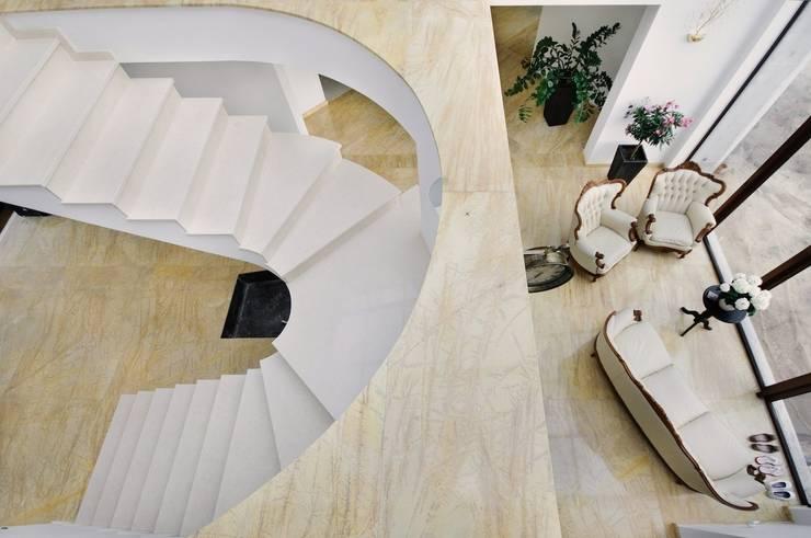 Marmur Amarillo Triana i Galala - posadzka i schody: styl , w kategorii Korytarz, przedpokój zaprojektowany przez GRANMAR Borowa Góra - granit, marmur, konglomerat kwarcowy