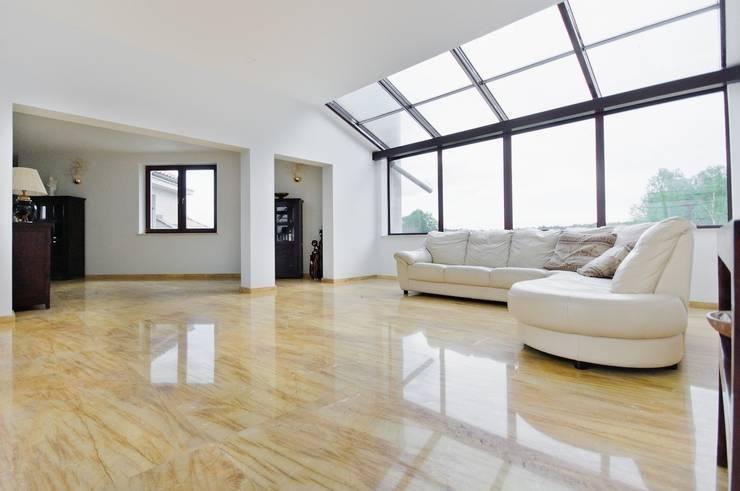 Amarillo Triana naturalny marmur do wnętrza domu jednorodzinnego : styl , w kategorii Salon zaprojektowany przez GRANMAR Borowa Góra - granit, marmur, konglomerat kwarcowy