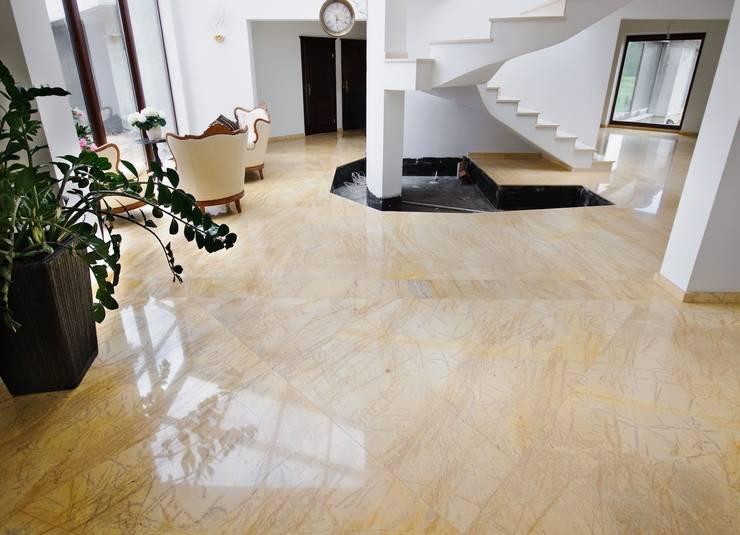 Przestrzeń wykończona w marmurze : styl , w kategorii Korytarz, przedpokój zaprojektowany przez GRANMAR Borowa Góra - granit, marmur, konglomerat kwarcowy
