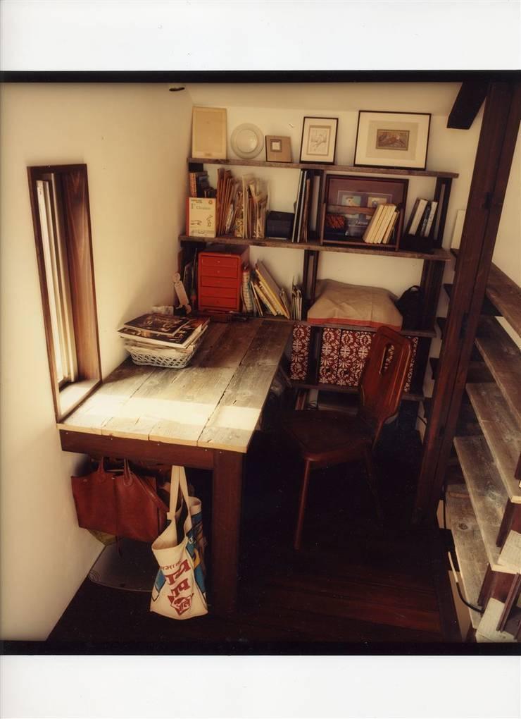 古材を使った書斎コーナー: 安井正/クラフトサイエンスが手掛けた書斎です。