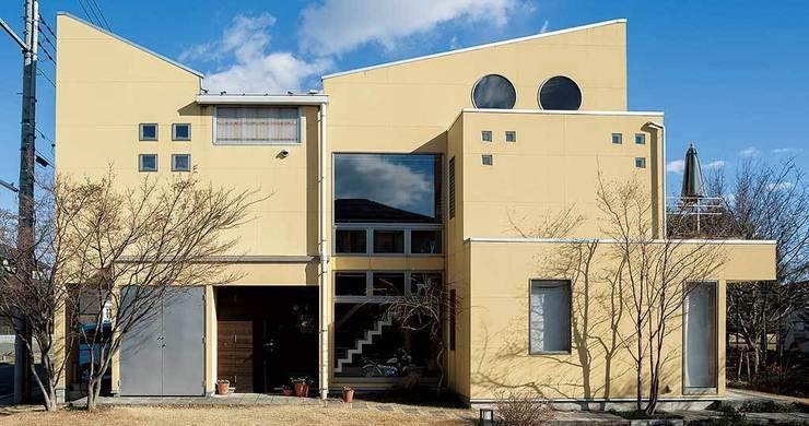 生成りのビルトインガレージハウス: H2O設計室 ( H2O Architectural design office )が手掛けた家です。