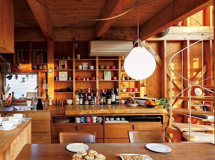 生成りのビルトインガレージハウス: H2O設計室 ( H2O Architectural design office )が手掛けたキッチンです。