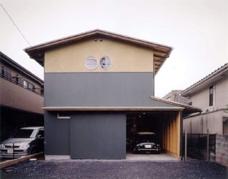 生成りのビルトインガレージハウスⅡ: H2O設計室 ( H2O Architectural design office )が手掛けた家です。