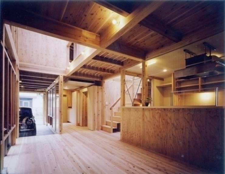 生成りのビルトインガレージハウスⅡ: H2O設計室 ( H2O Architectural design office )が手掛けたリビングです。