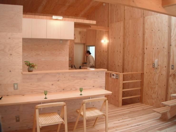 植物園と向き合う家: H2O設計室 ( H2O Architectural design office )が手掛けたダイニングです。