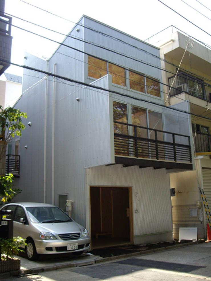 植物園と向き合う家: H2O設計室 ( H2O Architectural design office )が手掛けた家です。,モダン