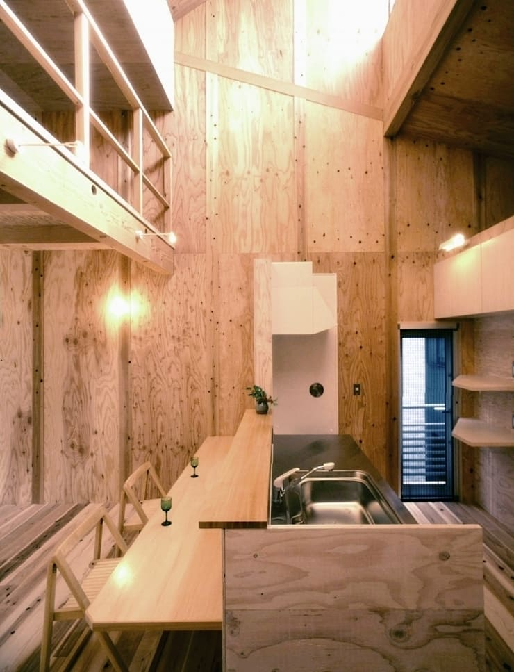 植物園と向き合う家: H2O設計室 ( H2O Architectural design office )が手掛けたキッチンです。