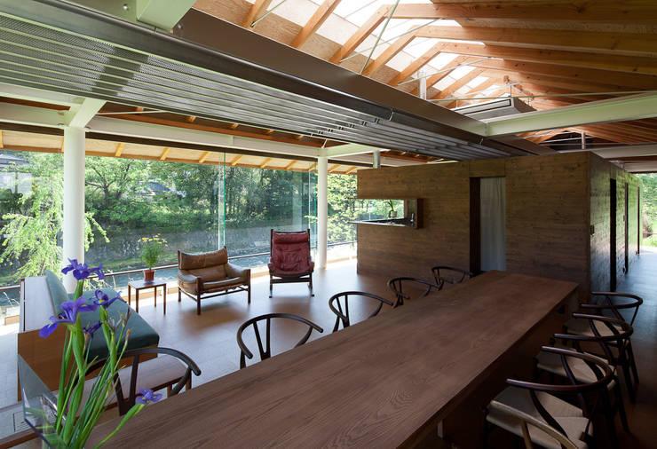 ダイニング 一番の明りは変わらない位置から。: H2O設計室 ( H2O Architectural design office )が手掛けたリビングです。