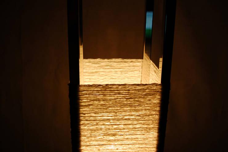 フロアースタンド『KOYORI』: STUDIO AZZURROが手掛けたリビングルームです。