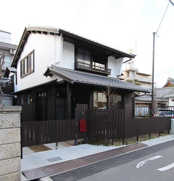伝統的な街並みをレスペクトした外観: 安井正/クラフトサイエンスが手掛けた家です。