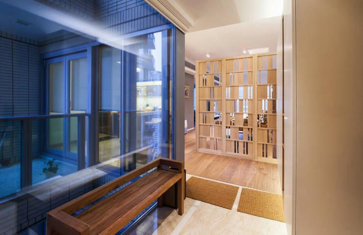 BI's RESIDENCE:  Corridor & hallway by arctitudesign