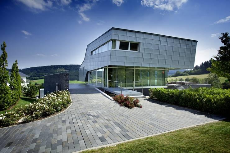 Haus Stahl: moderne Häuser von Gira, Giersiepen GmbH & Co. KG