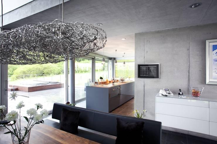 Haus Stahl: moderne Küche von Gira, Giersiepen GmbH & Co. KG