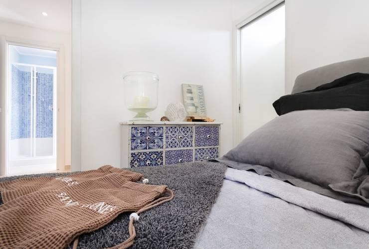 Camera: Camera da letto in stile  di Filippo Fassio Architetto