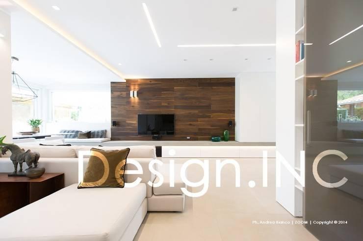 IN-OUT: Soggiorno in stile  di Design.inc,