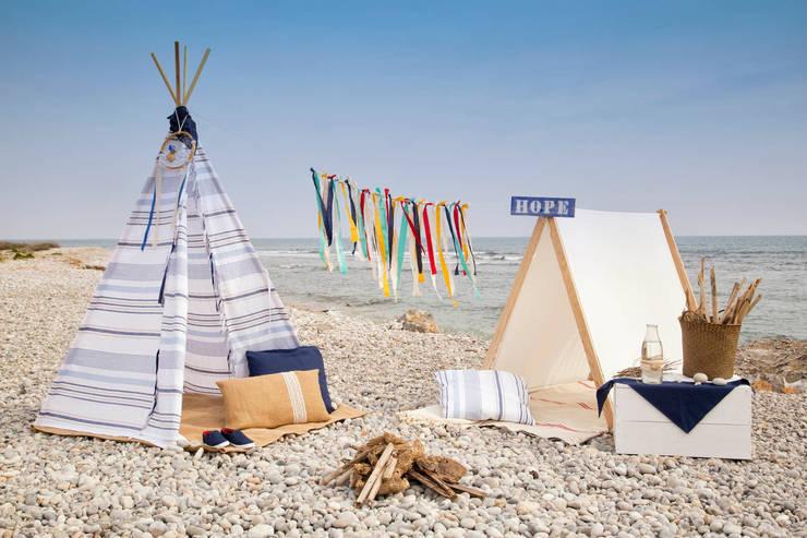 Tipi indio para niños modelo Formentera Azul y casita picniquera basic blanca: Habitaciones infantiles de estilo  de Vamos de Picnic