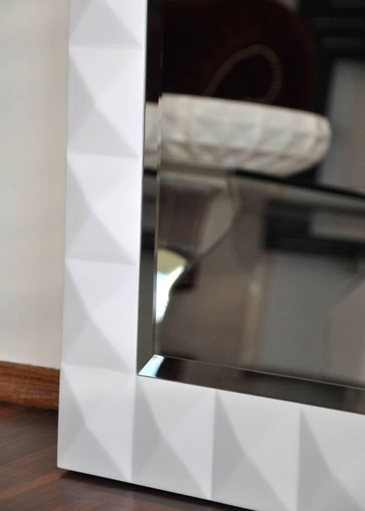 Białe lustro: styl , w kategorii Garderoba zaprojektowany przez ACOCO DESIGN