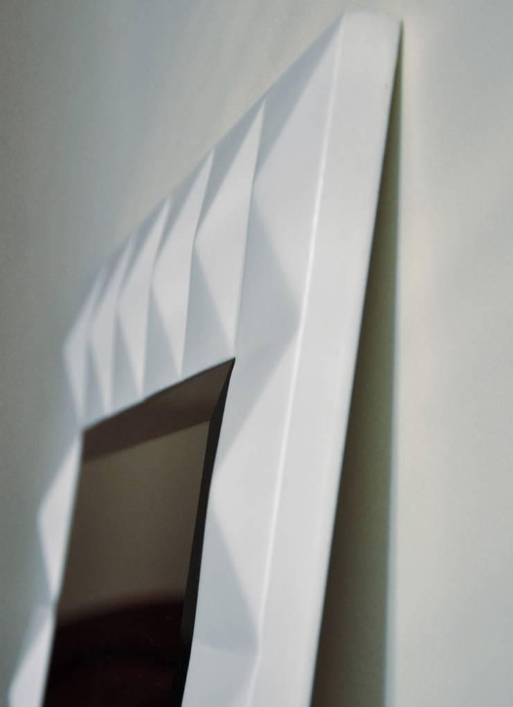 Białe lustro: styl , w kategorii Korytarz, hol i schody zaprojektowany przez ACOCO DESIGN