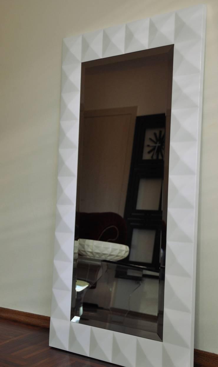 Białe lustro: styl , w kategorii Sypialnia zaprojektowany przez ACOCO DESIGN
