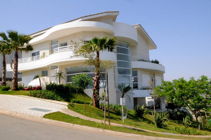 Casa Tamboré: Casas modernas por Arquiteto Aquiles Nícolas Kílaris
