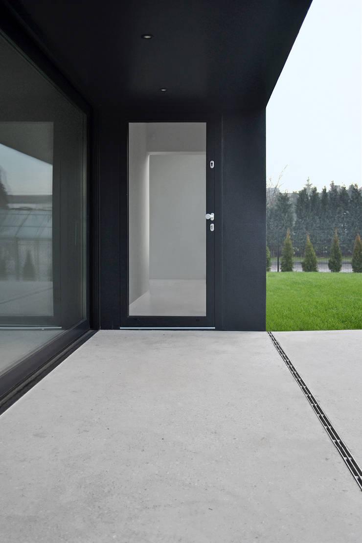 Dom w Lublińcu 2: styl , w kategorii Taras zaprojektowany przez Dyrda Fikus Architekci