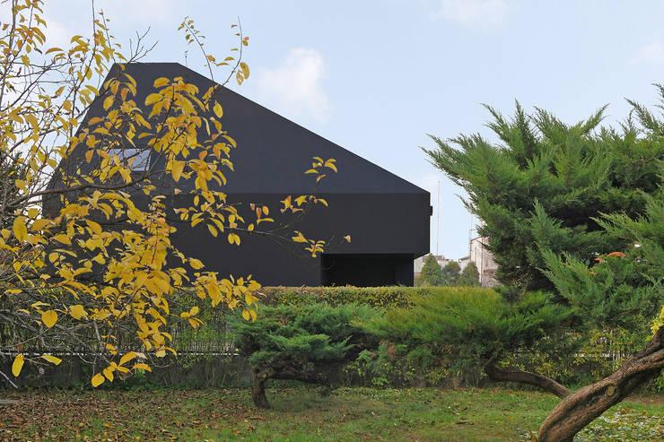 Dom w Lublińcu 2: styl nowoczesne, w kategorii Domy zaprojektowany przez Dyrda Fikus Architekci