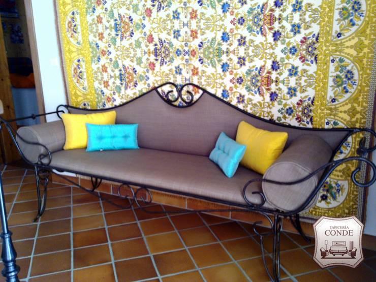 Diseño exclusivo de sofá y tapiz de pared: Vestíbulos, pasillos y escaleras de estilo  de Tapicería Conde
