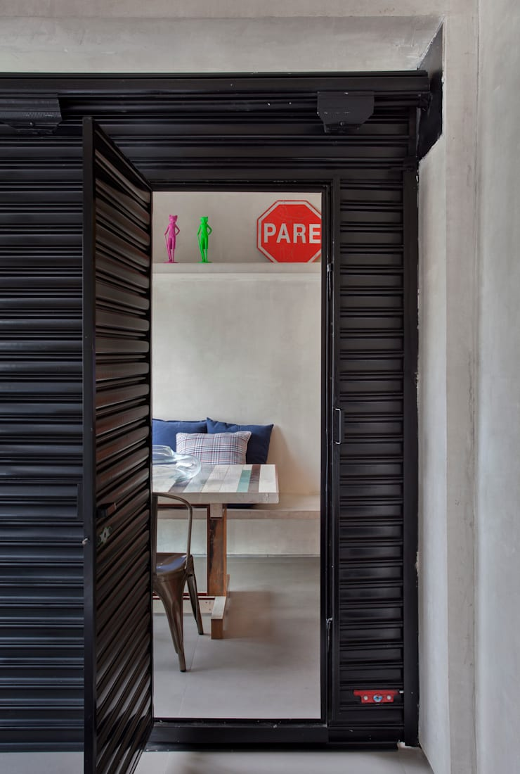 MM apartment: Janelas   por Studio ro+ca
