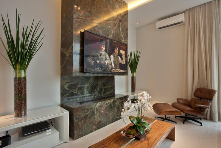 Casa Tamboré: Salas multimídia  por Arquiteto Aquiles Nícolas Kílaris