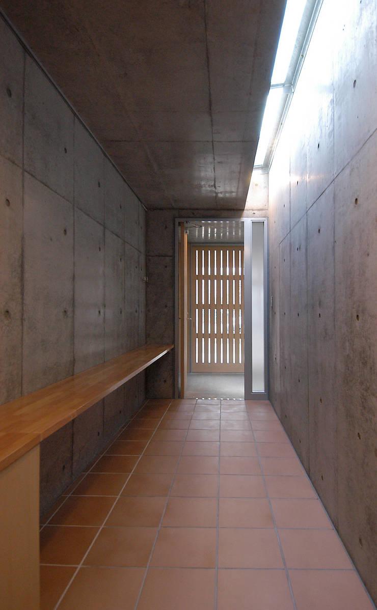 W邸: 長谷雄聖建築設計事務所が手掛けた廊下 & 玄関です。
