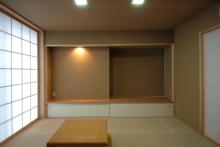 W邸: 長谷雄聖建築設計事務所が手掛けた和室です。