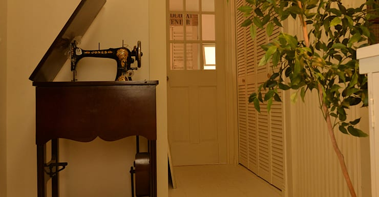エントランス: VINTAGE-RENOVATION by masuoka-designが手掛けた玄関&廊下&階段です。
