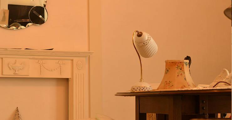 リビングルーム 2.: VINTAGE-RENOVATION by masuoka-designが手掛けたリビングルームです。