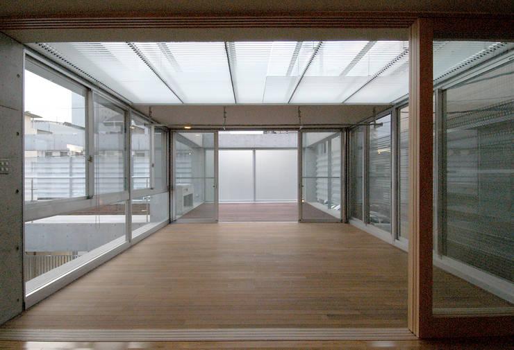 W邸: 長谷雄聖建築設計事務所が手掛けたテラス・ベランダです。