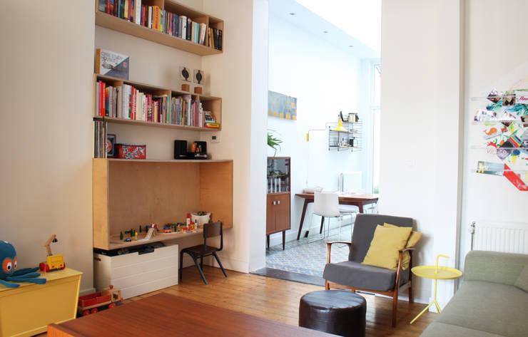 woonkamer met speelbox en zicht op eetruimte:  Woonkamer door studio k