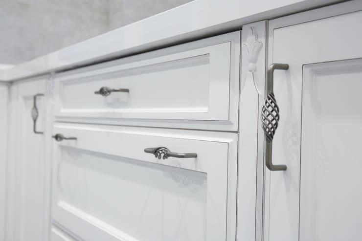 puerta  lacada con tirador de forja: Cocina de estilo  de Suarco