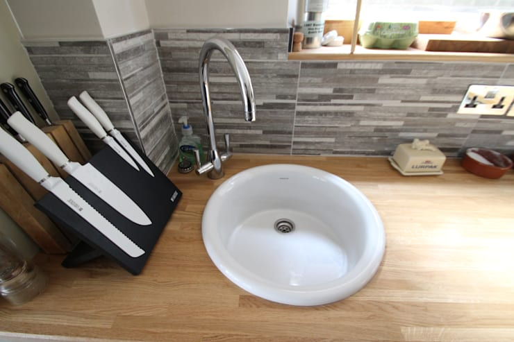 Small utility sink:  Kitchen by AD3 Design Limited