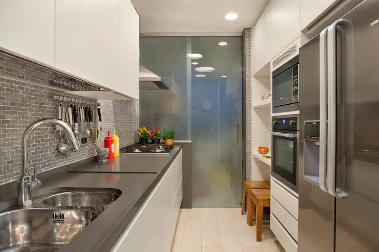 MS apartment: Cozinhas  por Studio ro+ca