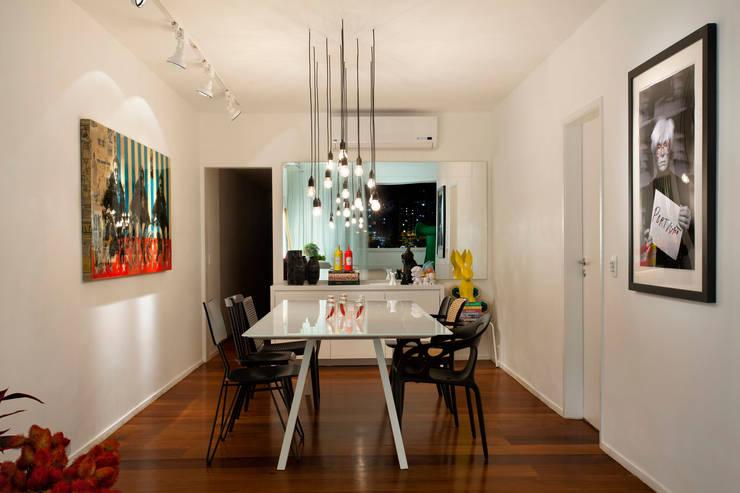 AO apartment: Salas de jantar  por Studio ro+ca