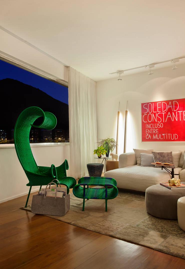 AO apartment: Salas de estar  por Studio ro+ca