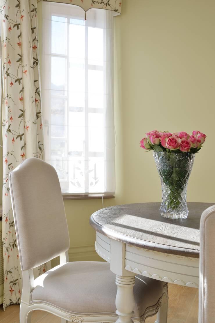 Дом в поселке Ильичевка: Столовые комнаты в . Автор – ANIMA, Классический
