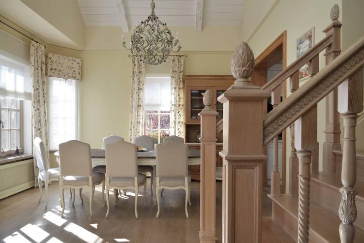 Дом в поселке Ильичевка: Столовые комнаты в . Автор – ANIMA, Кантри