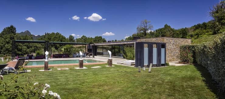 JENS. Reforma y ampliación de antigua masía en La Garrotxa, Girona (Costa Brava): Jardines de estilo  de VelezCarrascoArquitecto VCArq