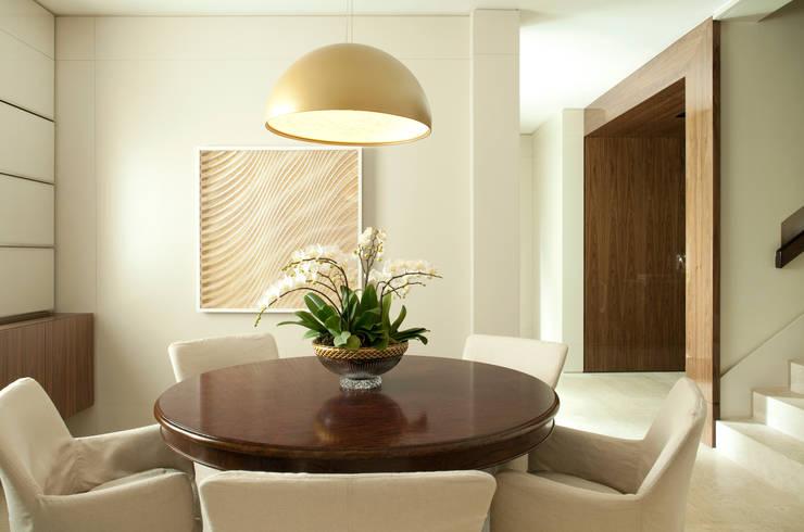 Casa Ibirapuera: Salas de jantar modernas por Rafael Zalc Arquitetura e Interiores