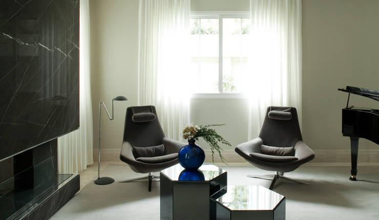 Casa Ibirapuera: Salas de estar modernas por Rafael Zalc Arquitetura e Interiores