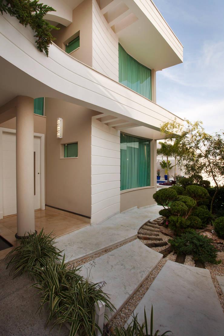 Casa Parque: Casas  por Designer de Interiores e Paisagista Iara Kílaris