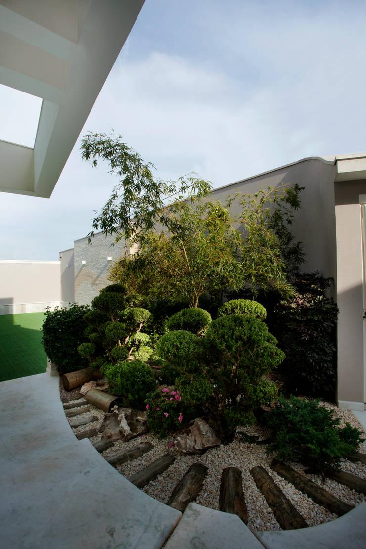 Casa Parque: Jardins  por Designer de Interiores e Paisagista Iara Kílaris