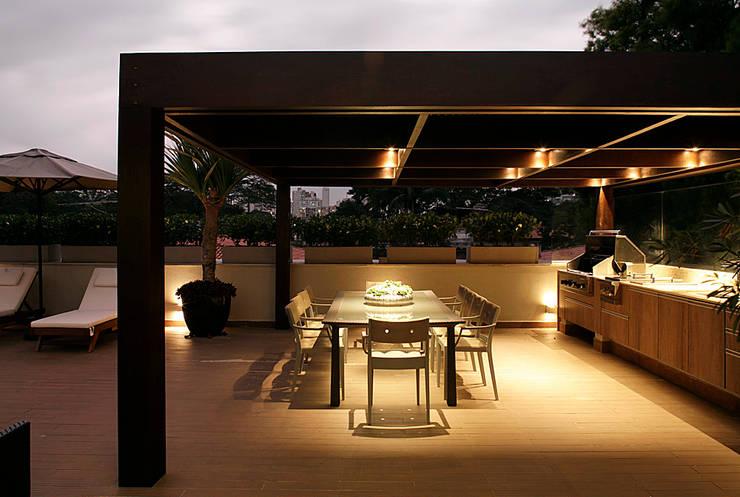 Casa Ibirapuera: Terraços  por Rafael Zalc Arquitetura e Interiores