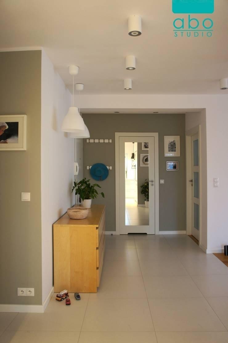 apartament Polanka: styl , w kategorii Korytarz, przedpokój zaprojektowany przez abostudio,Nowoczesny
